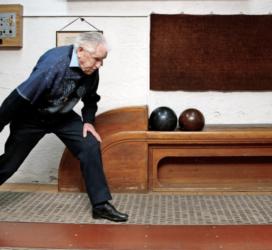Mit 95 Jahren gekonnt die Kugel schwingen